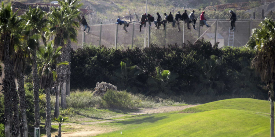 striking-photo-perfectly-sums-up-the-immigration-crisis-on-the-spain-morocco-border-1114×557