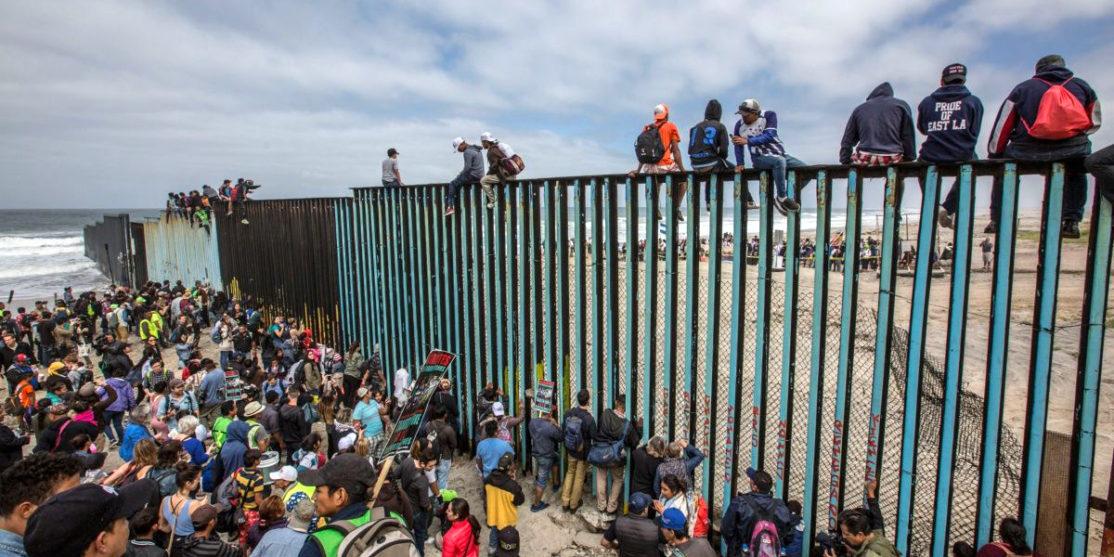 caravana_migrante_muro_fronterizo-2.jpg_554688468