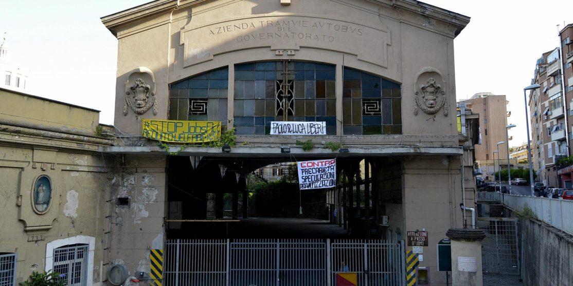 Movimenti per la casa sgomberati da occupazione ex deposito ATAC