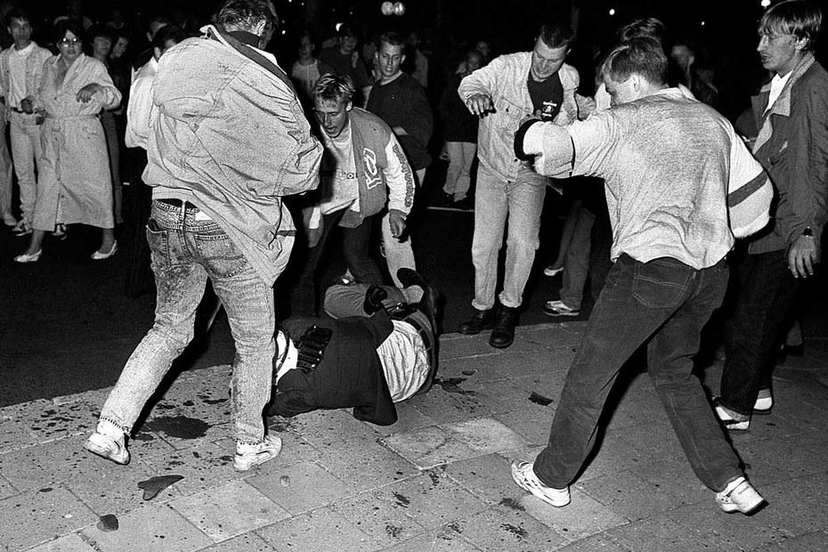 Немецкая молодежь избивает турка на улице, 1992 год