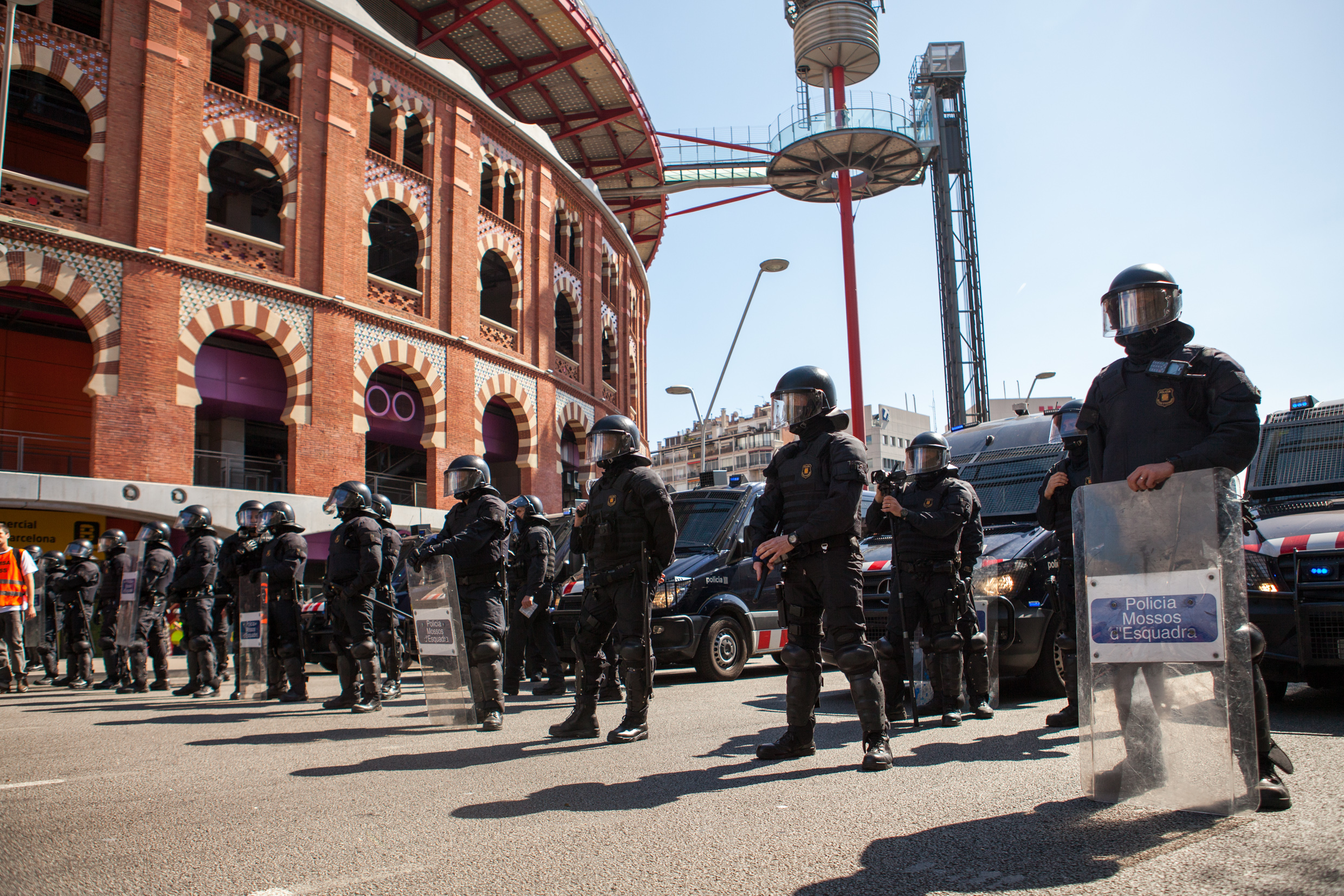 Catalan police protecting spanish far right party VOX from the antifascist group. Barcelona