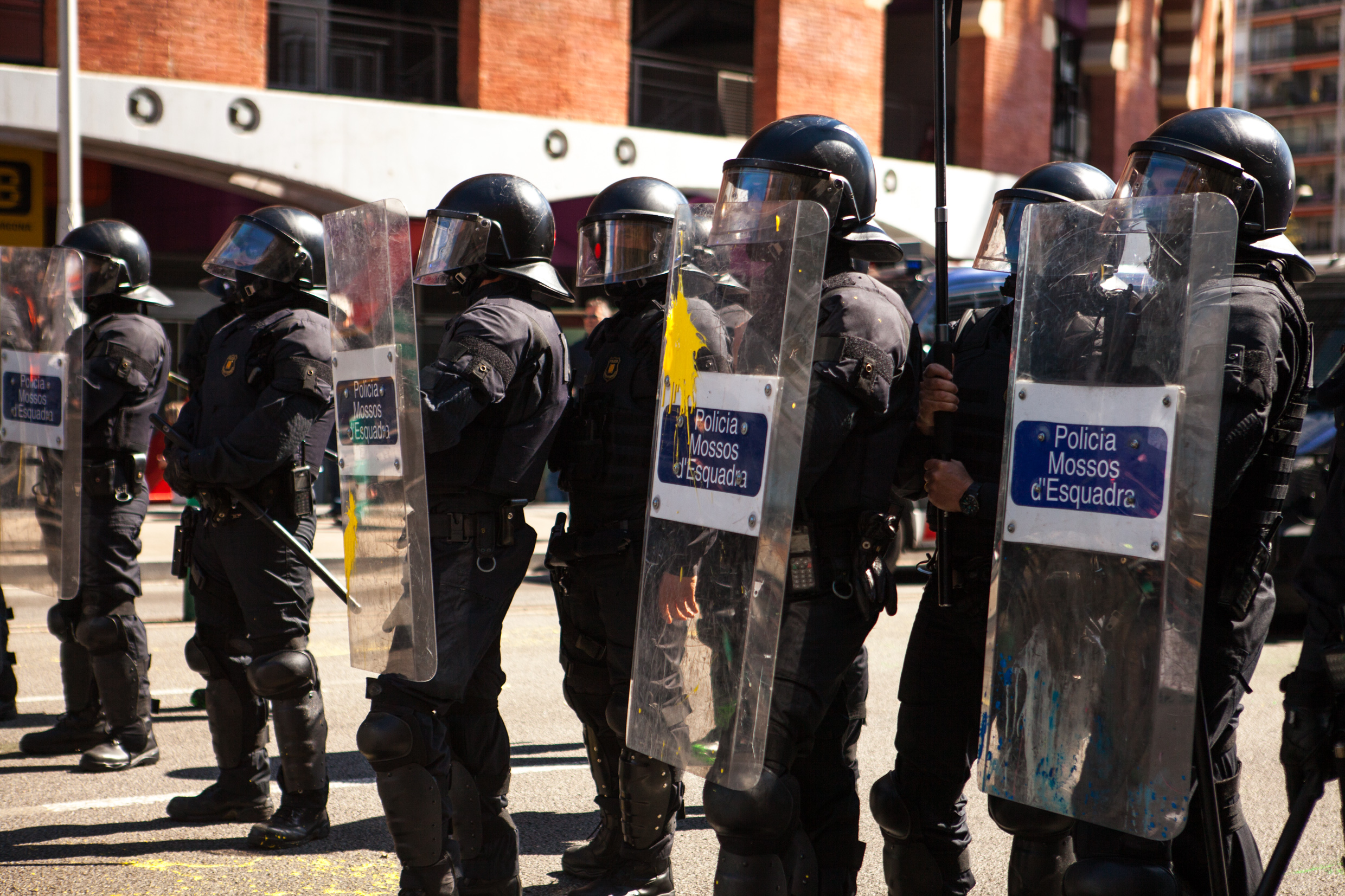 Catalan police protecting spanish far right party VOX from the antifascist group