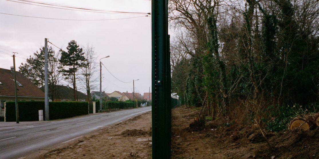 Mur en construction empéchant l'accés à la forêt qui abrite des migrants