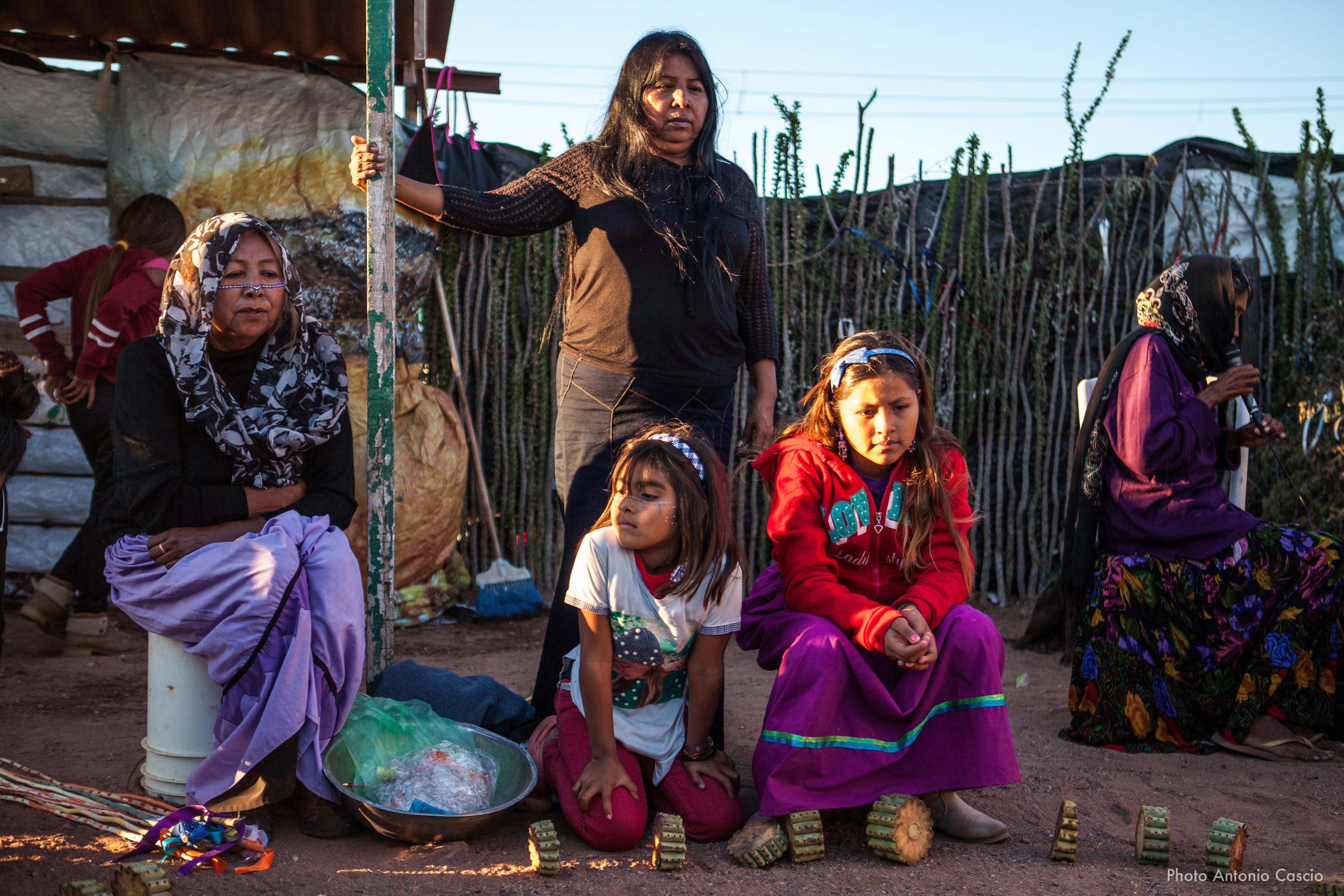 Donne della comunità che partecipano a un gioco tradizionale, mentre la più anziana intona canti ancestrali. Punta Chueca, Sonora, Mexico. 11/12/2019