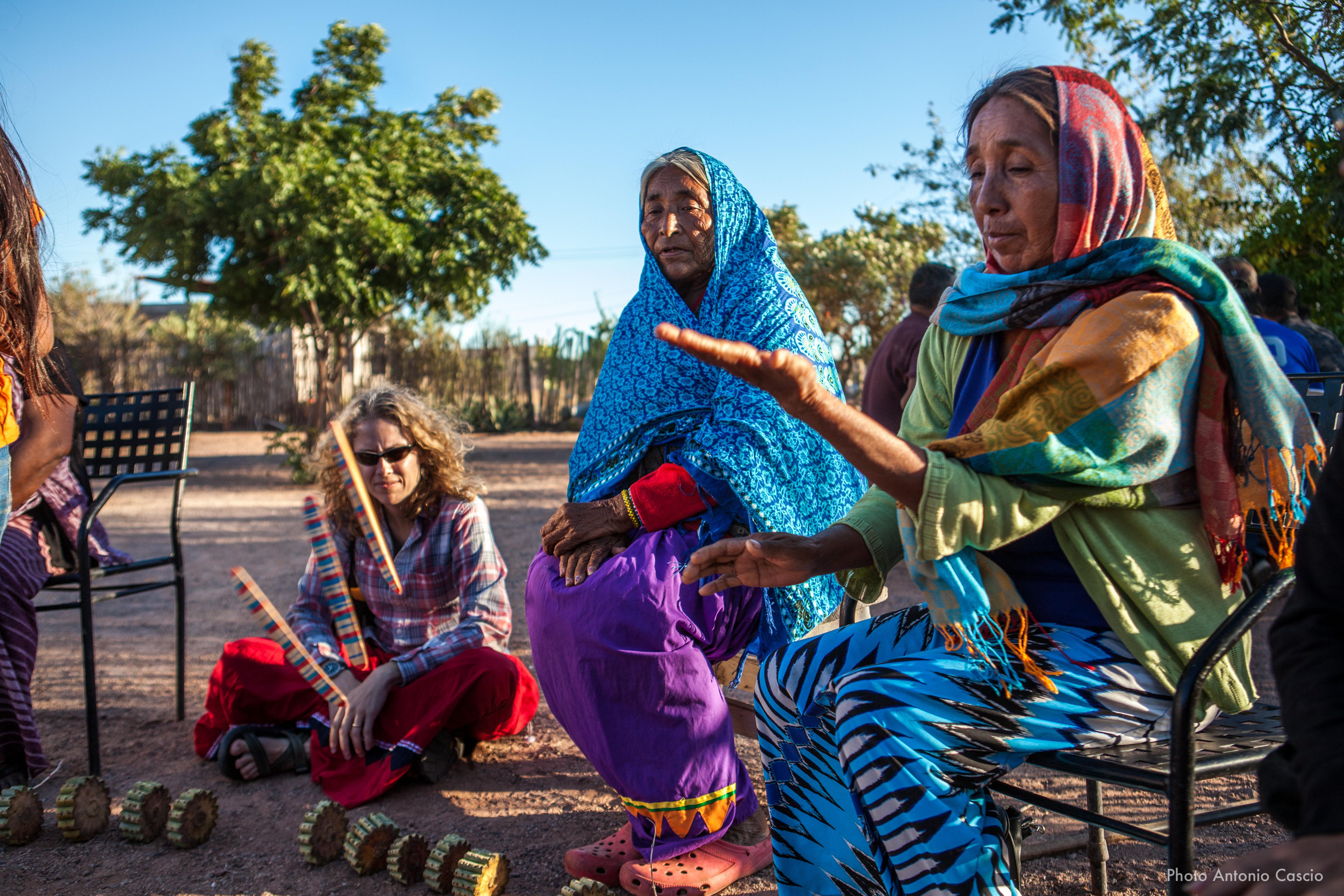 Donne indigene che partecipano a un gioco tradizionale durante le celebrazioni della festa della pubertà. Punta Chueca, Sonora, Mexico. 10/12/2019