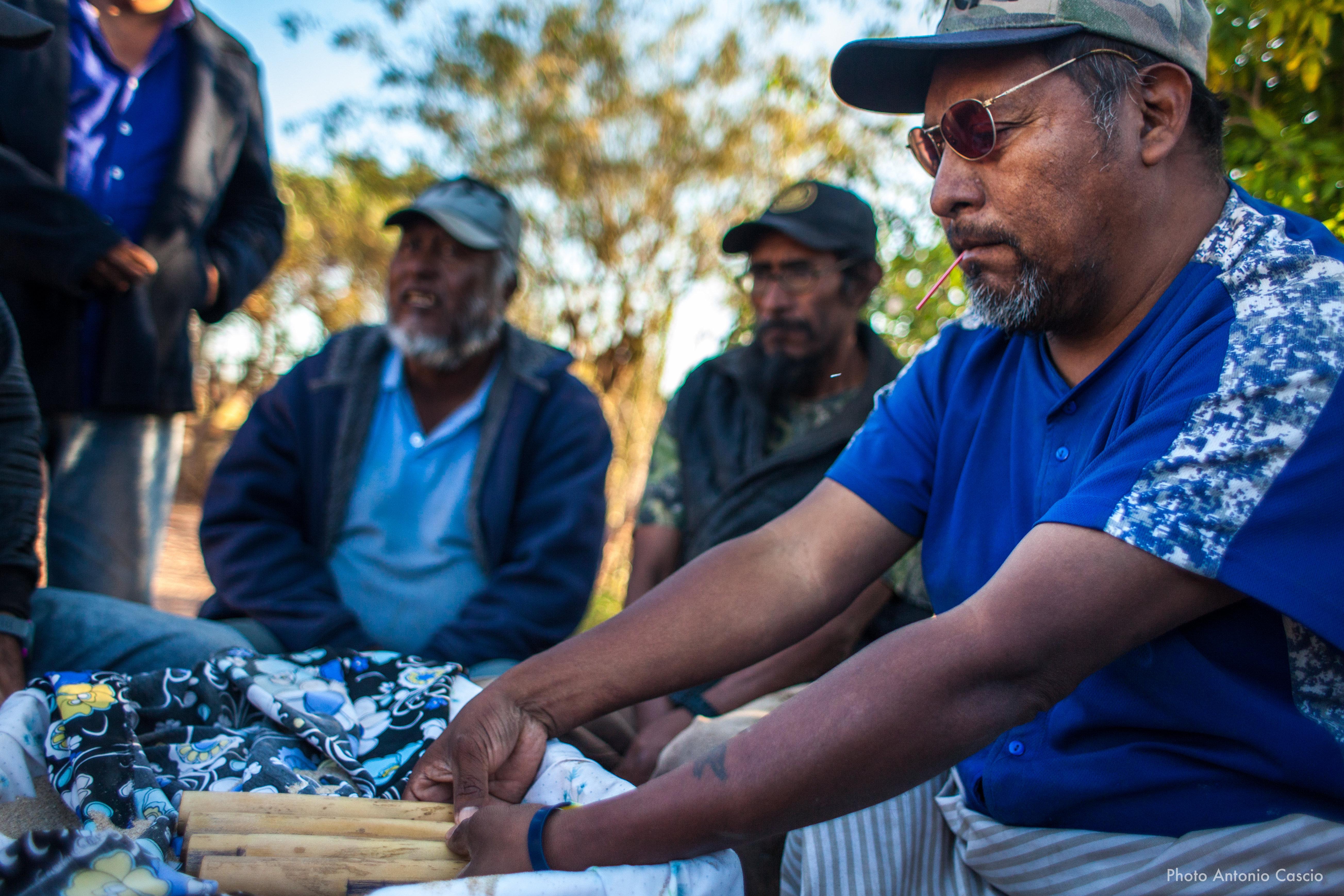 Grupo de Gruppo di uomini che partecipano a un gioco tradizionale durante le celebrazioni della festa della pubertà. Punta Chueca, Sonora, Mexico. 9/12/2019