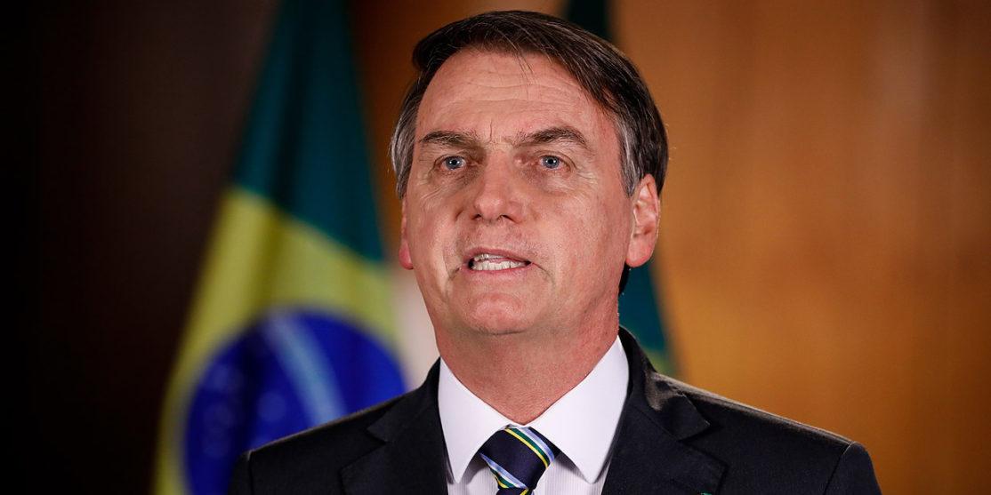 1280px-2019_Gravação_do_pronunciamento_do_Presidente_da_República_Jair_Bolsonaro_para_o_Dia_do_Trabalhador