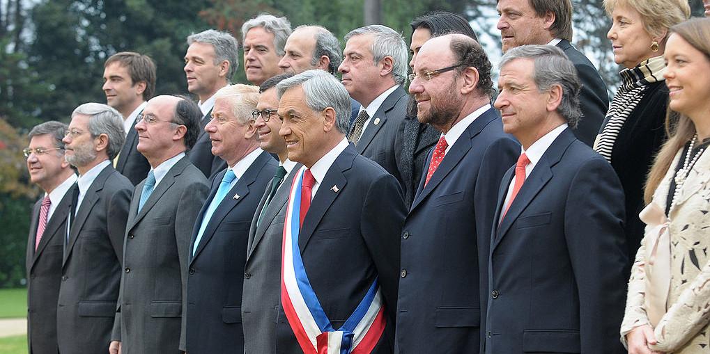 1019px-Sebastián_Piñera,_Fotografía_Oficial_junto_a_su_gabinete_ministerial_(3)