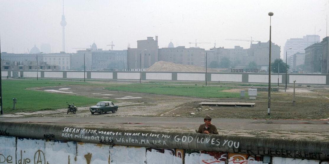 Berliner_Mauer,_ostdeutscher_Grenzer_beobachtet_Räumung_des_Kubat-Dreieck