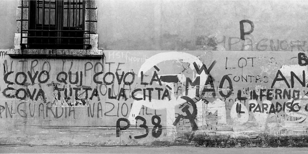 1280px-1977_Foto_scritte_murali