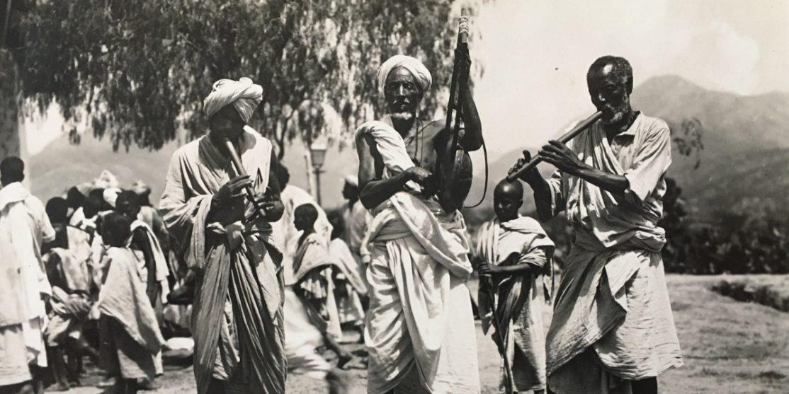 Suonatori. Fotografia scattata in un ex colonia italiana (luogo e fotografo ignoti). Collezione privata