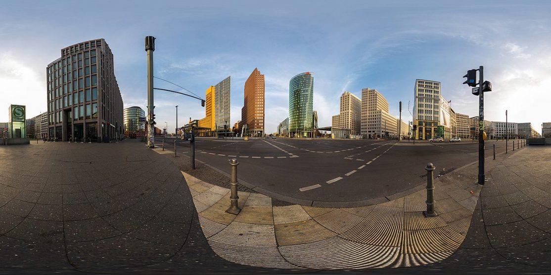 360×180-Panorama des Potsdamer Platzes in Berlin-Mitte in der Morgensonne.
